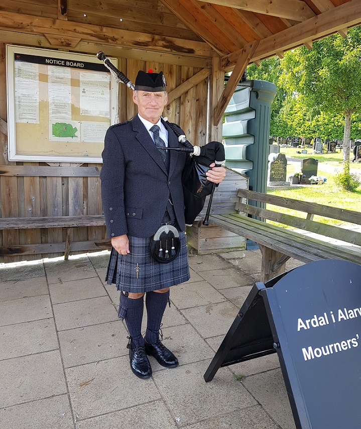Thornhill-Cemetery-Funeral-Bagpipes,